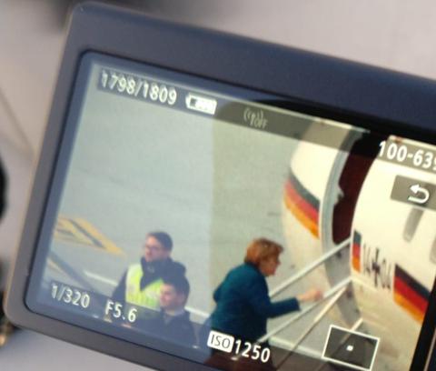 Angela Merkel steigt kurz vor 17 Uhr die Treppe zum Regierungsflugzeug hoch. (Bild; Justin Oberholzer)