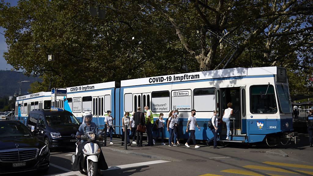 Durch die Stadt Zürich kurvt jetzt ein Impftram
