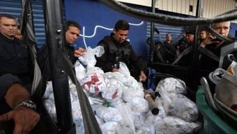 Polizisten beschlagnahmen in der Favela Nova Holanda Drogen