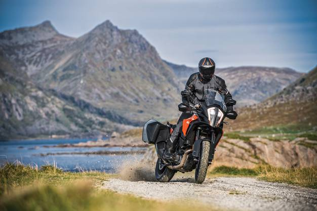 Macht auch auf kleineren Strassen eine passable Figur: Die 390 Adventure von KTM.