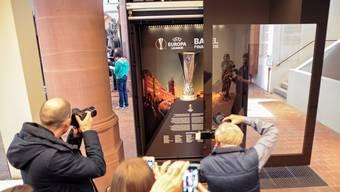 Der 15 Kilogramm schwere Pokal der Europa League ist seit Dienstag im Historischen Museum am Barfi zu sehen.