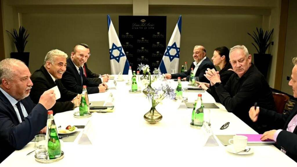 Künftige Koalitionspartner in Israel unterzeichnen Verträge