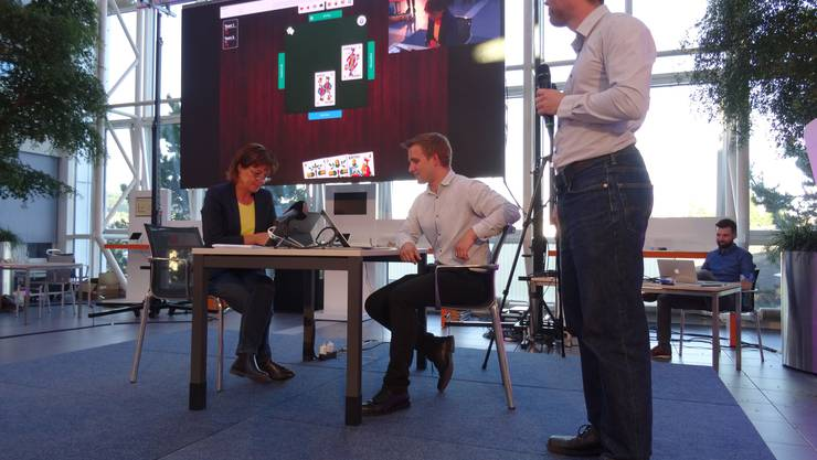 Die Jasskönigin Monika Fasnacht spielt gegen einen Computer...
