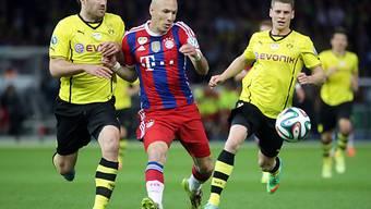 Arjen Robben (m.) setzt sich gegen zwei Dortmunder durch