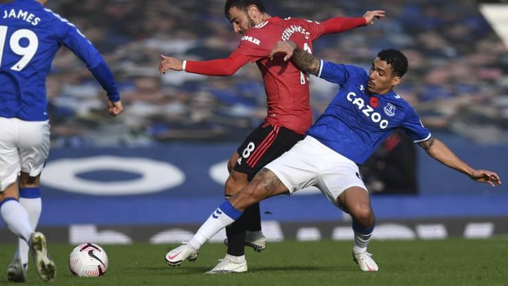 Manchester Uniteds Matchwinner Bruno Fernandes im Zweikampf mit Evertons Allan