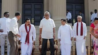 Sri Lankas neuer Präsident Gotabaya Rajapaksa (Mitte) hat vorgezogene Neuwahlen angekündigt.