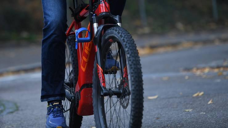 Der 80-jährige E-Biker hatte sich beim Sturz trotz Velohelm schwere Verletzungen zugezogen. (Symbolbild)