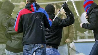 16 brave Männer vor Gericht: Hooligans, Mitläufer oder nur Fans? (Symbolbild)