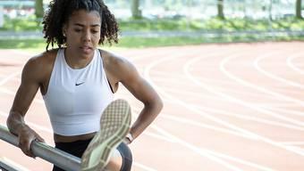 Mujinga Kambundji dehnt beim Training in Bern ihre Muskeln für den Einsatz bei Weltklasse Zürich.