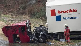 Ein Lastwagen stürzt bei Zürich-Brunau in die Sihl