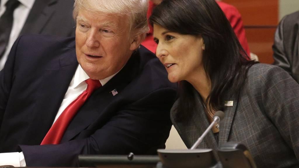 ARCHIV - US-Präsident Donald Trump (l) und die Botschafterin der USA bei den UN, Nikki Haley, sprechen bei einem Treffen, im Vorfeld der UN-Generaldebatte im September 2017. Foto: Seth Wenig/AP/dpa