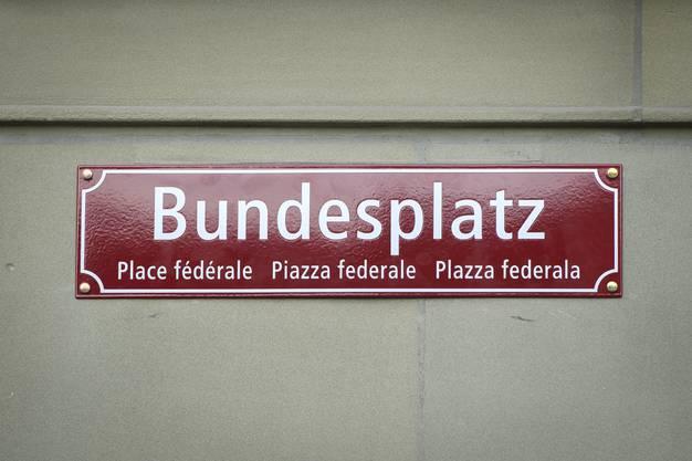 Und so sehen die neuen, viersprachigen Strassenschilder am Bundesplatz in Bern im Detail aus.
