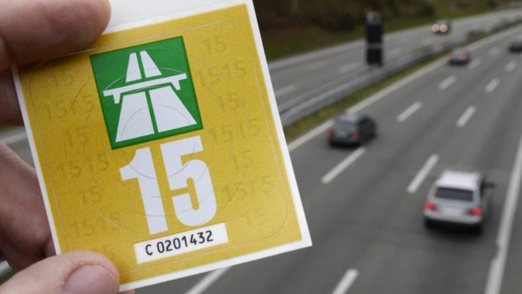 Nach dem Willen der Verkehrskommission des Ständerates soll die Autobahnvignette künftig 70 Franken kosten.