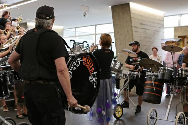 Die Gugge Müüs spielten ein kurzes Konzert im Stadthaus Foyer.