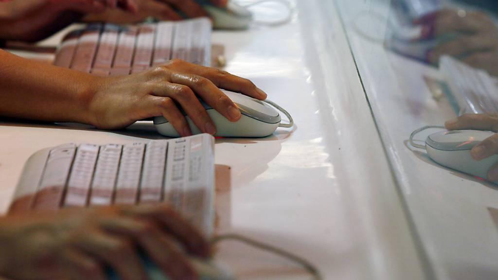Die Kantonspolizei Obwalden warnt vor Betrügern im Internet, die über gefälschte Webseiten versuchten, an Kontodaten oder Kreditkartennummern zu gelangen. (Symbolbild)