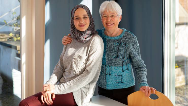 """Die Integration von Flüchtlingen ist nicht denkbar ohne den grossen Einsatz von zahlreichen Freiwilligen in der ganzen Schweiz. Bodour Kelsani und Hildegard Schmutz im """"Café International"""" im Kirchgemeindehaus Russikon ZH."""