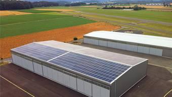 Die Photovoltaikanlage mit 756 Modulen ist auf der gesamten Dachfläche des Hangars verbaut.zvg