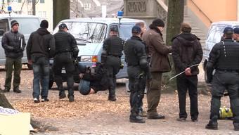 Heute morgen um 8 Uhr räumt die Stadtpolizei Zürich den Lindenhof. 30 Aktivisten leisten gewaltlosen Widerstand. Die Polizei verhaftetet diese. Heute Abend will die Occupy Paradeplatz Bewegung jedoch bereits wieder demonstrieren.