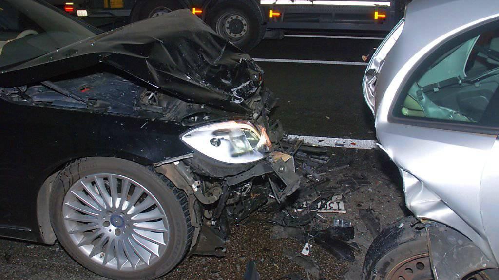 Drei Verletzte und Totalschaden an zwei Autos: Das ist die Bilanz des Auffahrunfalls auf der A1 bei Gunzgen SO.