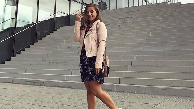 Diaz reiste für die Modekette C&A nach Düsseldorf, wo sie an einer Diskussionsrunde über body positivity (Trend gegen die gängigen Schönheitsideale) und Mode teilnahm.