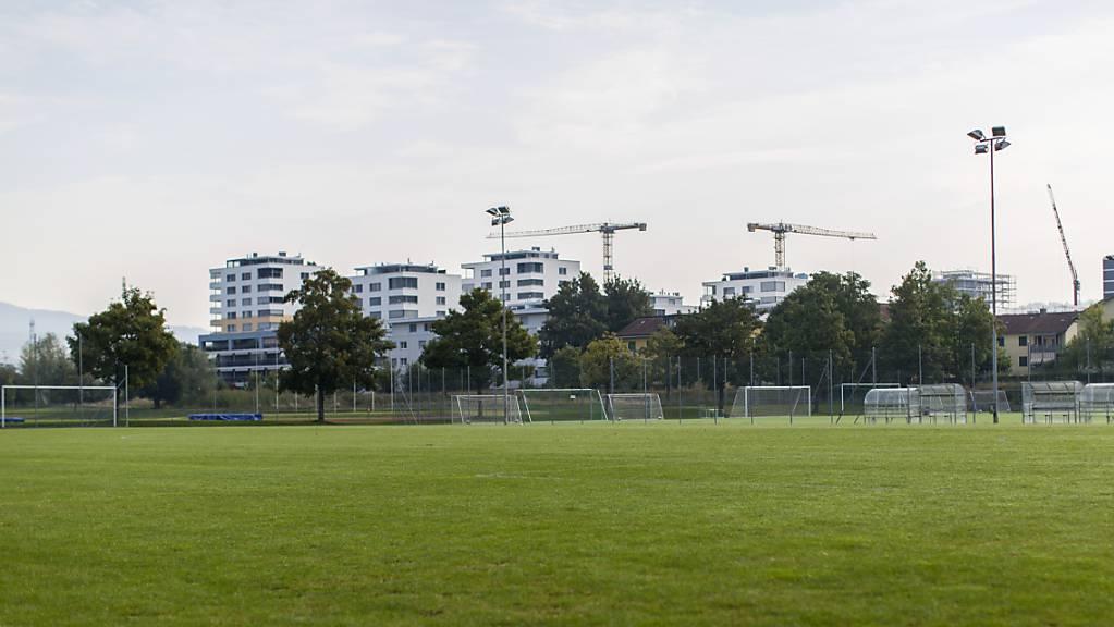 Fussballplatz auf der Zuger Allmend: Der Kanton unterstützt in der Coronakrise zwei weitere Sportvereine finanziell. (Symbolbild)