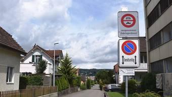 Die Kamera auf dem Verbotsschild hält fest, welche Fahrzeuge die Habsburgerstrasse passieren und nicht Zubringer sind.