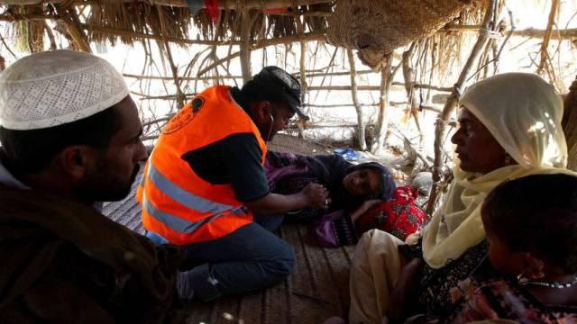 Frau in Pakistan wird nach dem Beben medizinisch versorgt