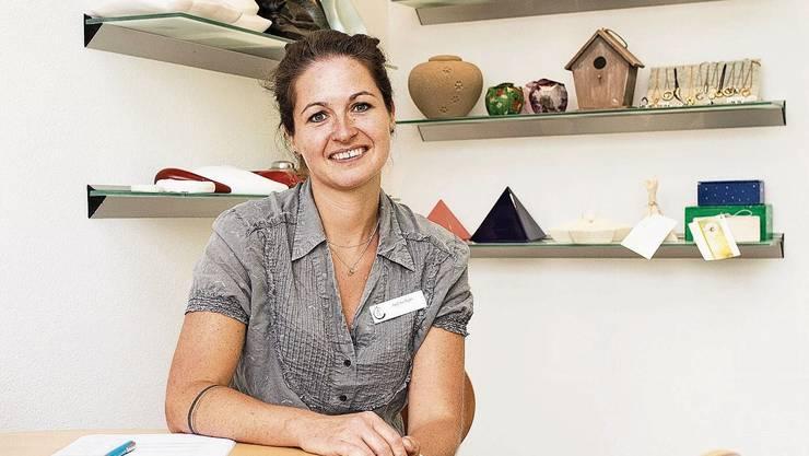 Andrea Walti arbeitet seit zehn Jahren im Krematorium und unterstützt Kunden beim Abschied von ihren geliebten Haustieren.