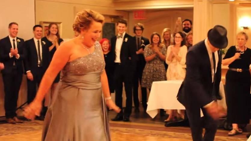 Mit lustigen Tänzen sind die Hochzeitsgäste bestens unterhalten.