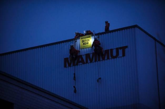 15 Aktivisten bringen im Februar 2016 am Mammut- Hauptsitz ein Biwak an. Der Vorwurf von Greenpeace: Der Hersteller von Outdoorbekleidung setze trotz Protesten weiterhin auf die schädliche Substanz PFC.
