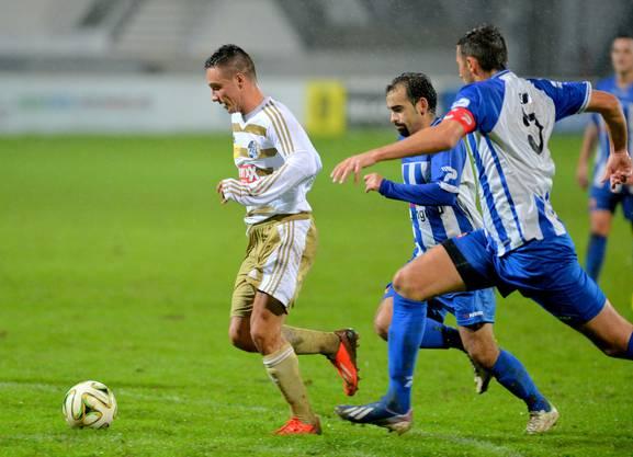 Die Grenchner Agron Ibraimi und Captain Dugagjin Dedaj rennen dem Luzerner Anthony Bürgisser hinterher - und verursachen einen Penalty.