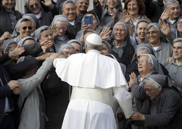 Der Papst mit Groupies, am 31. Oktober 2018 auf dem Petersplatz.