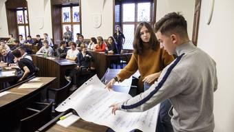 Am Jugendpolittag arbeiten die Teilnehmenden gemeinsam mit Politikerinnen und Politikern Ideen aus, um sie anschliessend im Kantonsratssaal vorzustellen.