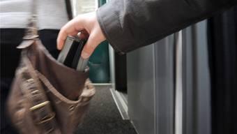 Die beiden mutmasslichen Taschendiebe, ein 46-jähriger sowie ein 26-jähriger Rumäne wurden der zuständigen Staatsanwaltschaft zugeführt. (Symbolbild)