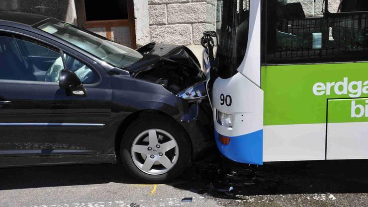 Auto und Bus kollidierten frontal.