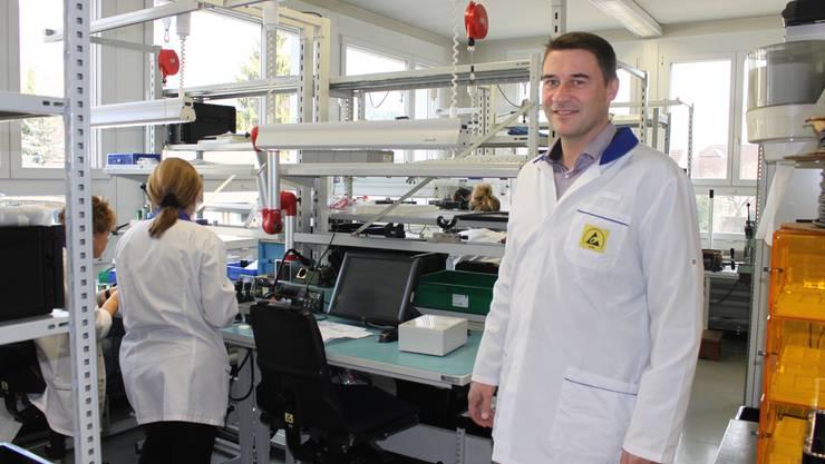 Firmenchef Alex Grete in der Montageabteilung