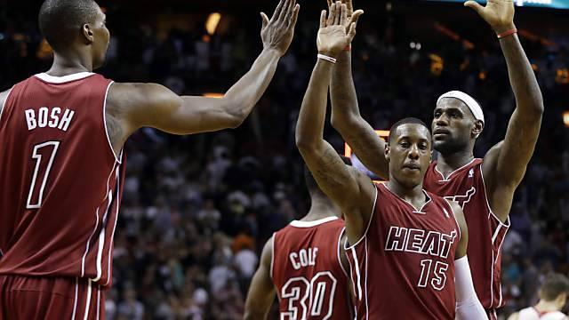 Abklatschen nach dem Overtime-Sieg: Spieler der Miami Heat