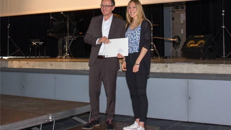 Rolf Bucher vom Rotary Club überreicht Muriel Giger den Anerkennungspreis.