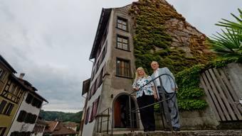 Christina und Valentin Egloff vor ihrem historischen Haus in der Altstadt von Kaiserstuhl.