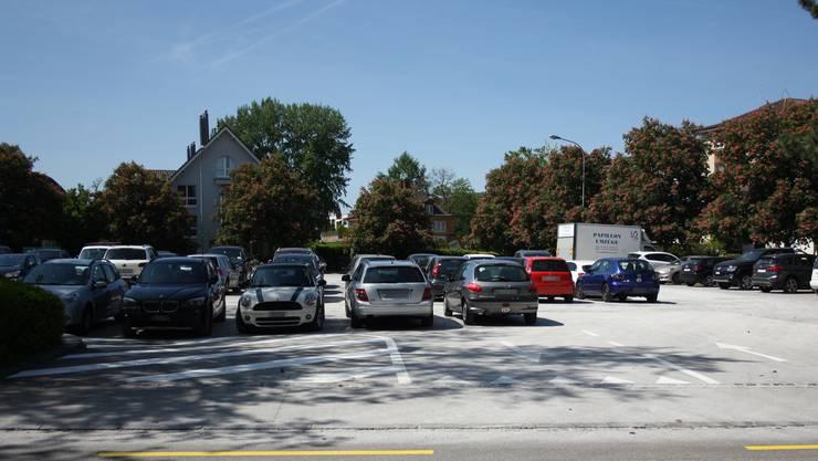 Die neuen weissen Markierungen sollen dazu führen, dass niemand mehr sein Auto wild auf der Zelgliplatz-Einfahrt abstellt.