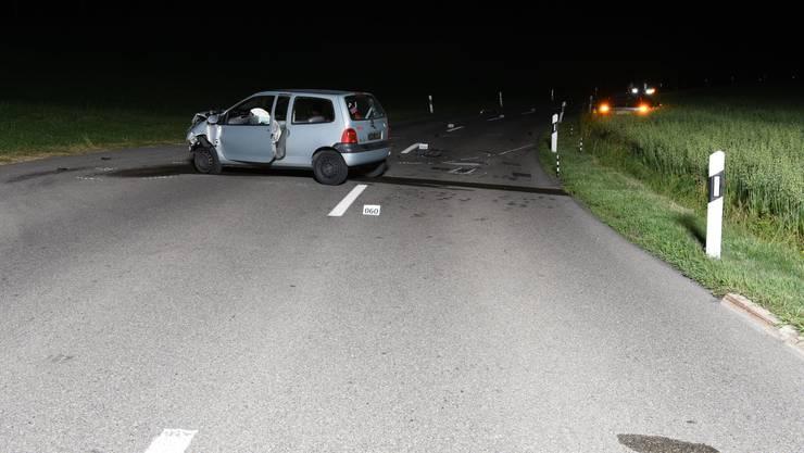 Weil der Fahrer einem Reh ausweichen musste, kollidierte dieser frontal mit einem entgegenkommenden Auto.