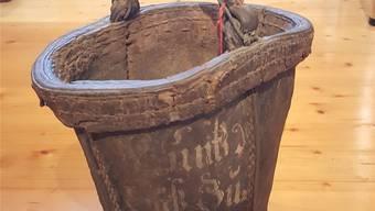 Ein solcher Feuerwehrkübel war für jedes Brautpaar Pflicht. Er stammt aus dem Jahr 1787.