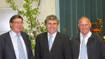 Ehrung für acht Jahre Vorstandstätigkeit: Nationalrat Walter Glur (links) und Ernst Salm (rechts), mit Präsident Andreas Villiger. (ho)
