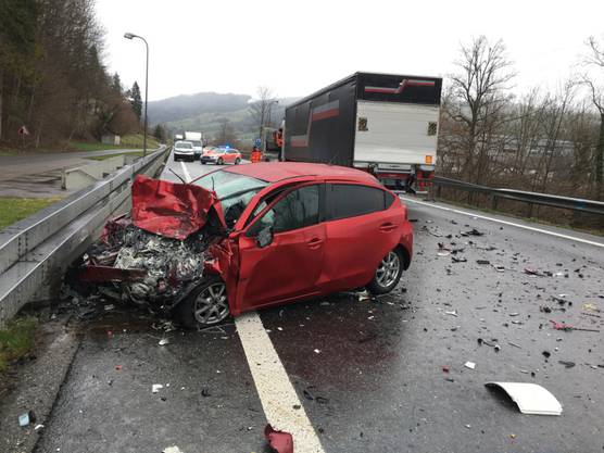 Malters LU, 14. März: Ein 70-jähriger Autofahrer ist bei einer Frontalkollision mit einem Lastwagen verstorben. Der Lastwagenfahrer blieb unverletzt.