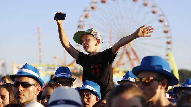 ..und lässt bei diesem jungen Fan die Emotionen hochgehen.