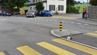 Eine E-Bikerin ist in Samstagern auf einem Fussgängerstreifen von einem Auto erfasst worden und hat zudem einen Folgeunfall ausgelöst.