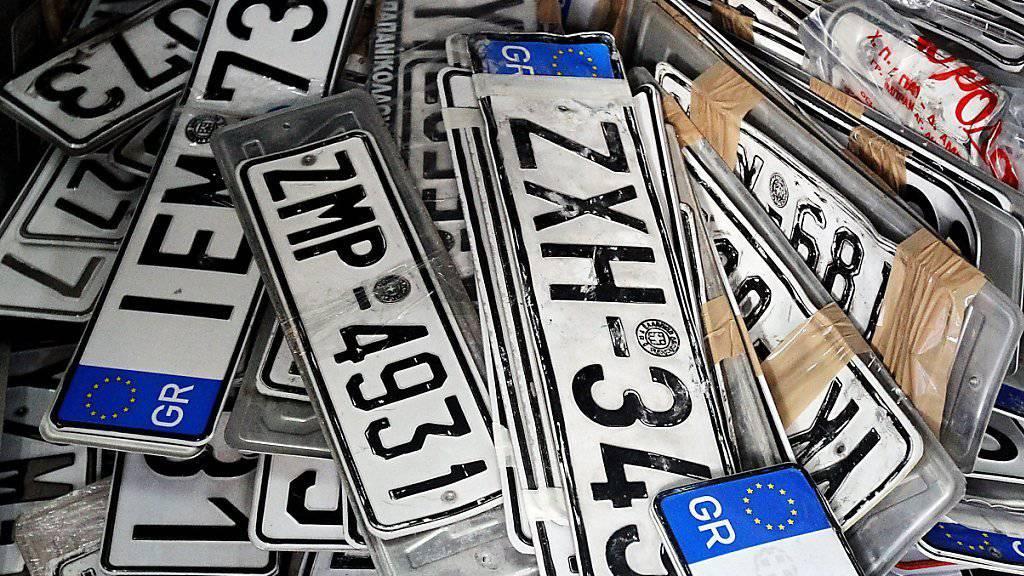 Viele Griechen deponieren ihre Nummernschilder, um den Motorfahrzeugsteuern zu entgehen. (Archiv)