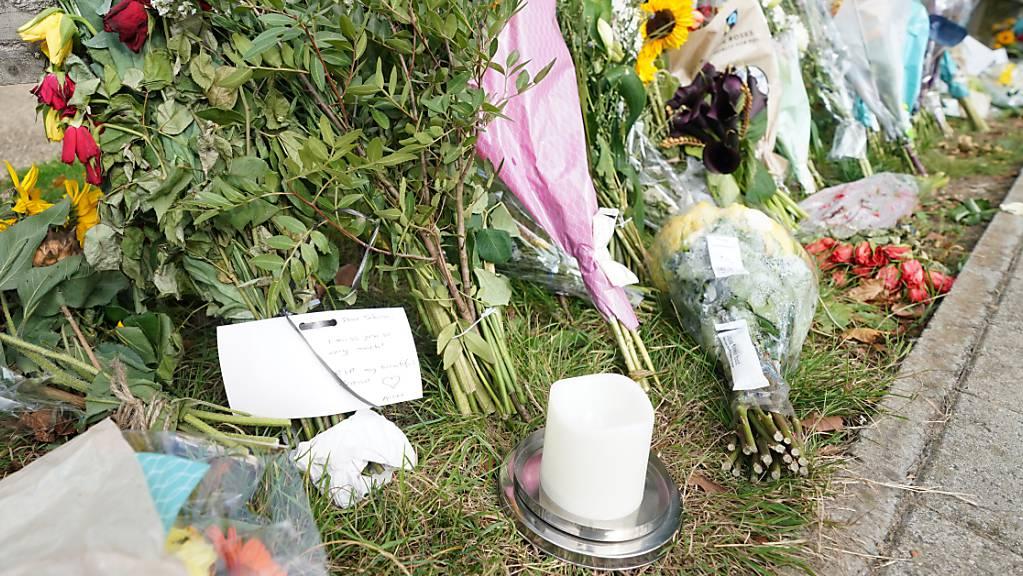 Blumensträusse im Cator Park in Südlondon in der Nähe des Tatorts, an dem die Leiche einer jungen Frau gefunden wurde.