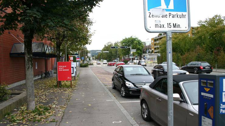 Das Parkieren bei der Bushaltestelle im Zentrum soll kostenpflichtig bleiben.