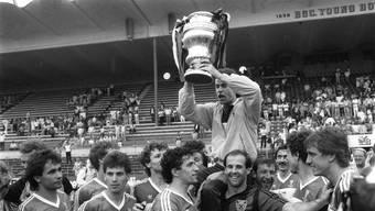 Nur ein Jahr nach seiner Ernennung zum Cheftrainer des FC Aarau stemmt Trainer Ottmar Hitzfeld die Cup-Trophäe in die Luft.